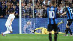 Pada menit ke-15 PSG berhasil menembus pertahanan Brugge dan mencetak gol melalui Ander Herrera. Ia berhasil menuntaskan umpan Kylian Mbappe yang sebelumnya berhasil melewati bek kanan Clinton Mata. PSG 1, Brugge 0. (Foto: AFP/Kenzo Tribouillard)