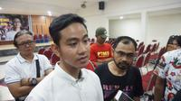 Gibran Rakabuming Raka usai menghadiri pertemuan dengan para PKL Sunday Morning Stadion Manahan Solo, Rabu (5/2).(Liputan6.com/Fajar Abrori)