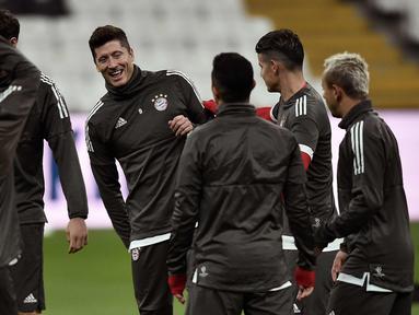 Penyerang Bayern Munchen, Robert Lewandowski (tengah) melakukan pemanasan saat sesi latihan di Stadion Vodafone Park di Istanbul (13/3). Munchen akan bertanding melawan Besiktas pada leg kedua babak 16 besar Liga Champions. (AFP Photo/Ozan Kose)