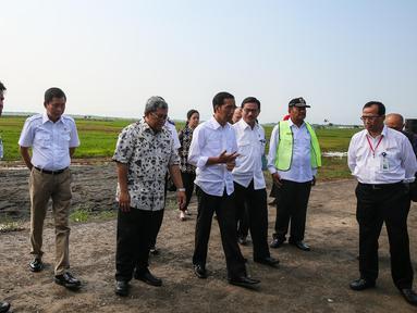 Presiden Joko Widodo didampingi sejumlah menteri kabinet beserta Gubernur Jawa Barat meninjau Bandar Udara (Bandara) Internasional Kertajati di Majalengka, Jawa Barat, Kamis (14/1). (Liputan6.com/Faizal Fanani)