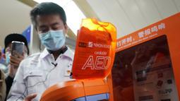 Seorang staf dari Pusat Medis Darurat Beijing memperlihatkan automated external defibrillator (AED) di Beijing, China, 27 Oktober 2020. Pada akhir 2022, semua stasiun transportasi berbasis rel di kota itu akan dilengkapi dengan perangkat kesehatan tersebut. (Xinhua/Zhang Chenlin)