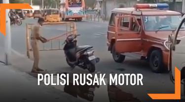 Seorang warga merekam aksi brutal seorang polisi di India. Ia merusak sebuah motor yang terparkir sembarangan di jalan. Polisi merusak motor menggunakan tongkat kayu.