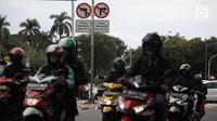 Kendaraan melintas di Jalan Medan Merdeka Barat, Jakarta, Selasa (9/1). Gubernur DKI Jakarta Anies Baswedan memastikan akan menaati putusan Mahkamah Agung tersebut. (Liputan6.com/Arya Manggala)