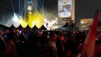 Ratusan orang tampak memadati lokasi panggung utama perayaan HUT ke-492 Kota Jakarta di Bundaran Hotel Indonesia (HI), Jakarta Pusat. (Liputan6/Yopi Makdori)
