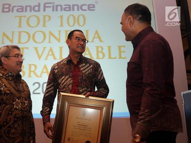 Direktur Komunikasi Lippo Group Danang Kemayan Jati (tengah) berbincang usai menerima penghargaan Indonesia's Top 100 Most Valuable Brands 2019 di Jakarta, Rabu (12/6/2019). Penghargaan yang diterima tersebut merupakan apresiasi terhadap 100 merek Indonesia. (Liputan6.com/Johan Tallo)