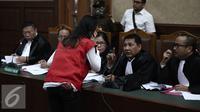 Jessica Kumala Wongso berdiskusi dengan kuasa hukumnya saat menjalani sidang perdana di PN Jakarta Pusat, Rabu (15/6). Dalam Sidang ini Jessica mengajukan eksepsi atau keberatan kepada majelis hakim. (Liputan6.com/Faizal Fanani)