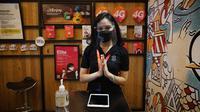 Petugas di Gerai Tri Indonesia 3Store dilengkapi dengan faceshield dan masker untuk memastikan layanan sesuai protokol kesehatan (Foto: Tri Indonesia)