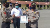Foto : Polisi NTT yang telah dinyatakan sembuh dari covid-19 mendapat penghargaan dari PMI (Liputan6.com/Ola Keda)