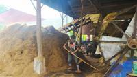 Proses pengolahan limbah sabut kelapa saat pandemi covid-19, sangat membantu perekonomian masyarakat sekitar Parigi, Pangandaran, Jawa Barat. (Liputan6.com/Jayadi Supriadin)