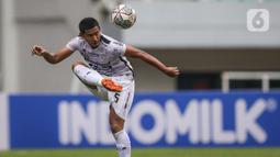Bek Balim United, Audi Abdillah berusaha mengontrol bola saat melawan Persita Tangerang pada laga pekan keempat BRI Liga 1 2021/2022 di Stadion Pakansari, Bogor, Jumat (24/09/2021). Bali United menang tipis atas Persita Tangerang 2-1.  (Bola.com/Bagaskara Lazuardi)
