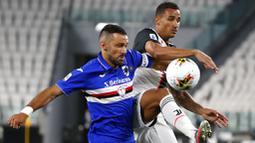 Bek Juventus, Danilo, berebut bola dengan pemain Sampdoria, Fabio Quagliarella, pada laga Serie A di Allianz Stadium, Turin, Senin (27/7/2020). Kemenangan 2-0 ini membuat juventus mengunci gelar juara Serie A musim 2019-2020. (AP Photo/Antonio Calanni)