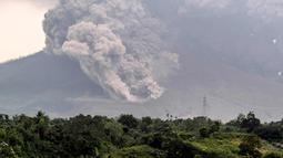 Gunung Sinabung yang mengeluarkan abu tebal terlihat dari kota Karo, Sumatera Utara (6/4). Pusat vulkanologi memperkirakan masih akan terjadi erupsi susulan. (AFP Photo/Anto Sembiring)