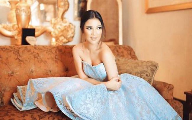 Chacha Frederrica terlihat glamor dan sensual dalam balutan gaun Cinderella saat pemotretan bersama sahabatnya.