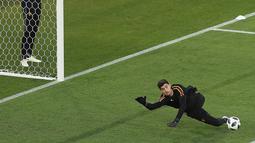 Kiper Belgia, Thibaut Courtois menghalau bola saat latihan jelang menghadapi Inggris pada grup G Piala Dunia 2018 di stadion Kaliningrad,  Rusia (27/6). Belgia telah mengumpulkan 6 poin sama seperti Inggris di grup tersebut. (AP Photo/ Czarek Sokolowski)