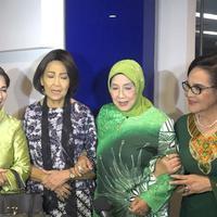 Widyawati, Nani Wijaya, Rina Hasyim Connie Sutedja dan Rima Melati sering berkumpul dan membahas segala hal.