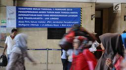 Pejalan kaki keluar dari Stasiun Tanah Abang, Jakarta, Kamis (7/2). Mulai 7 Februari 2019, pejalan kaki dilarang melewati Jalan Jatibaru yang berada di bawah jembatan penyeberangan multiguna (JPM) atau Skybridge Tanah Abang. (Liputan6.com/Herman Zakharia)