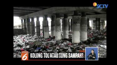 Sekitar 200 petugas Sudin Lingkungan Hidup Pemkot Jakarta Utara bersihkan sampah di kolong Tol Jalan Layang Wiyoto Wiyono, Tanjung Priok.