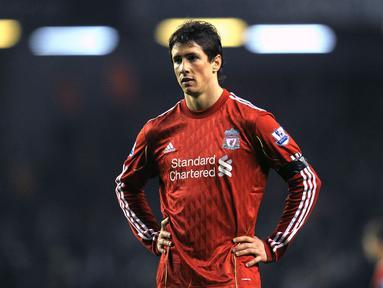 Fernando Torres mengalami kemerosotan karier usai memutuskan hengkang ke Chelsea. Walapun berstatus sebagai pemain termahal, ia hanya mampu mencetak 20 gol dari 110 laga. Hal tersebut membuat dirinya lebih banyak dipinjamkan dan akhirnya dilepas secara gratis oleh The Blues. (AFP/Andrew Yates)