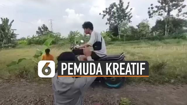 Sebuah cara unik dan kreatif ditunjukkan oleh beberapa pemuda ketika membuat video sinematik berkendara motor di jalan.