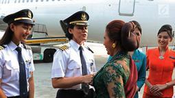 Menteri Kelautan dan Perikanan Susi Pudjiastuti berbincang dengan Captain Pilot Capt. Ida Fiqriah dan Co-Pilot Melinda sebelum mengikuti Kartini Flight di Bandara Soetta, Tangerang, Banten, Sabtu (21/4). (Liputan6.com/Immanuel Antonius)