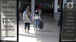 Calon penumpang bersiap menaiki bus di Terminal Jatijajar, Depok, Jawa Barat, Senin (6/7/2020). Terminal tipe A tersebut kembali mengoperasikan layanan bus Antar Kota Antar Provinsi (AKAP) dengan menerapkan protokol kesehatan. (Liputan6.com/Herman Zakharia)