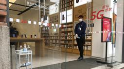 Penjaga toko menunggu pelanggan di sebuah jalan ritel di Wuhan di provinsi Hubei, China tengah (30/3/2020). Pada Senin (30/3), 70% hingga 80% dari toko-toko di mal Chuhe Hanjie di pusat kota buka tetapi banyak yang membatasi jumlah orang yang bisa masuk. (AP Photo/Olivia Zhang)