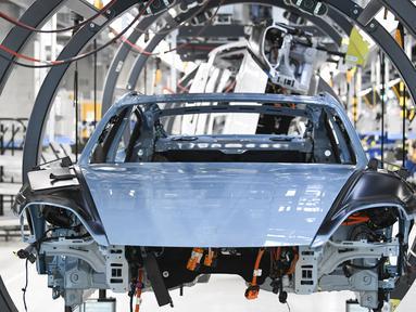 Rangka mobil listrik Porsche Taycan saat proses perakitan di pabrik perusahaan Porsche AG di Stuttgart, Jerman, Rabu (4/3/2020). Porsche Taycan merupakan mobil bertenaga listrik pertama  dari pembuat mobil mewah Jerman, Porsche AG. (AFP Photo/Thomas Kienzie)
