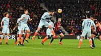 Striker Chelsea, Gonzalo Higuain (tengah) menyundul bola saat bertanding melawan Bournemouth pada lanjutan pekan ke-24 Premier League 2018-2019 di Bournemouth, Inggris, Rabu (30/1). Chelsea kalah 4-0. (Glyn KIRK/AFP)