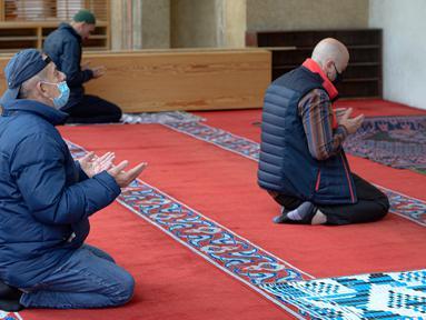 Orang-orang berdoa di masjid Begova di Sarajevo, Rabu (6/5/2020). Setelah hampir dua bulan dikurung, Bosnia membuka kembali masjid-masjid untuk Umat Muslim yang merayakan bulan suci Ramadan dengan tetap mematuhi aturan jarak sosial dan menggunakan peralatan pelindung. (AP/Kemal Softic)