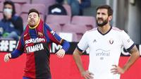 Penyerang Barcelona, Lionel Messi, mendedikasikan golnya ke gawang Osasuna untuk almarhum Diego Maradona. Berkat gol Messi, El Barca menang 4-0 atas Osasuna pada laga pekan ke-11 La Liga, Minggu (29/11/2020). (AP Photo/Joan Monfort)