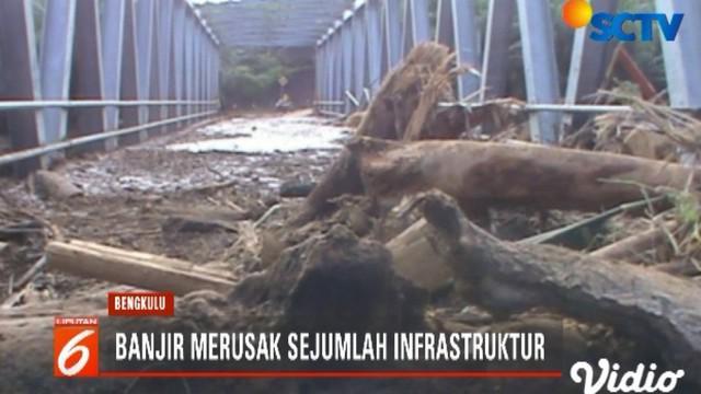 Di tengah banjir, warga juga sempat menemukan sejumlah warga yang meninggal.