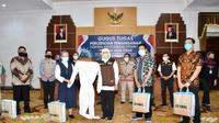 Sejumlah rumah sakit yang menerima secara simbolis bantuan peralatan media dari Gugas Tugas Percepatan Penanganan Covid-19 di Jawa Timur. (Foto: Liputan6.com/Dian Kurniawan)