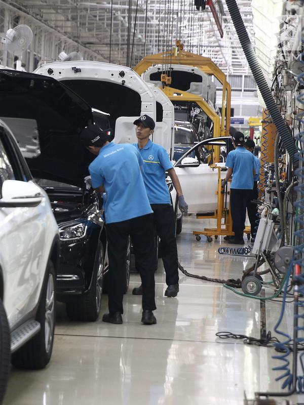 Pekerja menyelesaikan perakitan mobil Mercedes Benz di Pabrik Mercedes Benz, Wanaherang, Bogor (11/12). Mercededes-Benz C-Class generasi terbaru kini resmi masuk jalur produksi pabrik Mercedes-Benz di Wanaherang, Bogor. (Liputan6.com/Herman Zakharia)#source%3Dgooglier%2Ecom#https%3A%2F%2Fgooglier%2Ecom%2Fpage%2F2019_04_14%2F351673