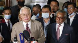 Mantan Perdana Menteri Malaysia Najib Razak memberikan keterangan kepada awak media di gedung pengadilan di Kuala Lumpur, Malaysia, Selasa (28/7/2020). Pengadilan di Malaysia menghukum Najib Razak 12 tahun penjara atas tujuh dakwaan terhadapnya dalam kasus korupsi 1MDB. (AP Photo/Vincent Thian)