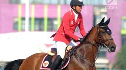 Atlet berkuda Indonesia, Ferry Wahyu Hadiyanto saat bertanding di final nomor jumping Asian Games 2018 di JIEP, Jakarta, Kamis (30/8). Ferry gagal menyumbangkan medali. (Merdeka.com/Arie Basuki)