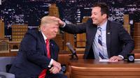 Jimmy Fallon acak-acak rambut Donald Trump
