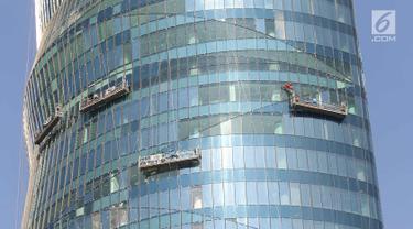 Pekerja menyelesaikan pembangunan gedung di Jakarta, Rabu (4/4). Kementerian Ketenagakerjaan menyebutkan kurangnya jumlah tenaga pengawas K3 mengakibatkan tidak maksimalnya pengawasan terhadap banyak proyek di Tanah Air. (Liputan6.com/Immanuel Antonius)