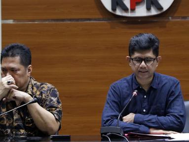 Wakil Ketua KPK, La Ode Muhammad Syarif (kanan) bersama Jamintel, Jan S Maringka memberi keterangan terkait OTT dua orang jaksa di Gedung KPK, Jakarta, Sabtu (26/6/2019). Dalam OTT tersebut, KPK menahan dua jaksa, dua pengacara dan satu orang dari swasta. (Liputan6.com/Helmi Fithriansyah)