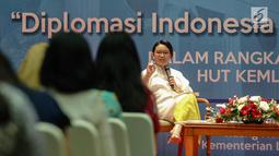 Menteri Luar Negeri RI Retno Marsudi memberikan paparan saat hadir menjadi pembicara dalam Talkshow Menlu RI di Kementerian Luar Negeri, Jakarta, Jumat (11/8). (Liputan6.com/Faizal Fanani)