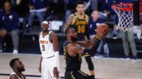 Pebasket Los Angeles Lakers, LeBron James, berusaha memasukkan bola saat melawan Denver Nuggets pada gim kedua final wilayah barat Playoff NBA 2020, Senin (21/9/2020). Lakers menang dengan skor 105-103. (AP/Mark J. Terrill)