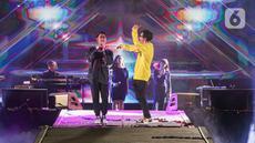 Penyanyi Armand Maulana (kanan) berduet dengan Afgan Syahreza pada hari kedua konser New Live Experience 2020 di Parkir Barat JIExpo Kemayoran, Jakarta, Minggu (30/8/2020). Dalam penampilannya, Armand dan Afgan membawakan beberapa lagu hits dari album terbaik mereka. (Liputan6.com/Faizal Fanani)