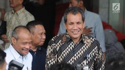 Deputi Pencegahan KPK Pahala Nainggolan (kanan) bersama Ketua Pansus Hak Angket DPRD Sulawesi Selatan Kadir Halid usai menggelar pertemuan di Gedung KPK, Jakarta, Kamis (8/8/2019). Kadir berkonsultasi dengan KPK terkait pengangkatan dan pelantikan 193 pejabat Sulsel. (merdeka.com/Dwi Narwoko)
