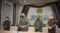 Gubernur Jawa Barat Ridwan Kamil saat mengikuti Rapat Gugus Tugas Percepatan Penanggulangan COVID-19 Jabar di Markas Komando Daerah Militer III/Siliwangi, Kota Bandung, Senin (20/4/20). (sumber foto: Humas Pemprov Jabar)