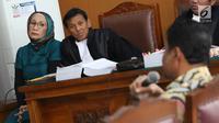 Terdakwa kasus dugaan penyebaran berita bohong atau hoaks Ratna Sarumpaet mendengarkan kesaksian saat sidang lanjutan di PN Jakarta Selatan, Selasa (9/4). Sidang dengan agenda mendengarkan keterangan empat orang saksi, salah satunya yaitu Presiden KSPI, Said Iqbal. (Liputan6.com/Immanuel Antonius)