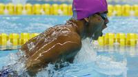 Perenang Indonesia, Zulkarnain Zaki, beraksi pada Asian Para Games di Stadion Aquatik, Jakarta, Selasa (9/10/2018). Indonesia meraih medali perak dan perunggu di nomor 100 meter gaya dada putra kategori SB8. (Bola.com/M Iqbal Ichsan)