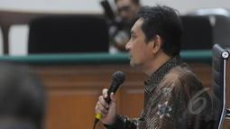 Terdakwa mantan Kepala Dinas Perhubungan DKI Jakarta Udar Pristono ketika menjalani sidang perdana di Pengadilan Tipikor, Jakarta, Senin (6/4/2015). Sidang ditunda karena tim kuasa hukum terdakwa tidak hadir. (Liputan6.com/Herman Zakharia)