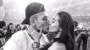 [Bintang] 8 Pasangan Artis Indonesia yang Pamer Foto Ciuman