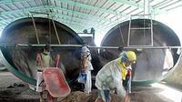 Tiga pekerja mengolah kompos yang berasal dari sampah organik untuk didaur ulang menjadi pupuk di TPA sampah Cilowong, Kecamatan Taktakan, Serang, Banten.(Antara)