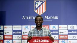 Jackson Martinez memegang kostum dengan nomor punggung 11 saat diperkenalkan sebagai pemain baru Atletico Madrid di Stadion Vicente Calderon, Madrid, Minggu (26/7/2015).(Reuters/Susana Vera)