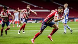 Gelandang Atletico Madrid, Yannick Carrasco melakukan selebrasi usai mencetak gol pertama timnya ke gawang Real Sociedad dalam laga lanjutan Liga Spanyol 2020/2021 pekan ke-36 di Wanda Metropolitano Stadium, Rabu (12/5/2021). Atletico menang 2-1 atas Sociedad. (AP/Bernat Armangue)